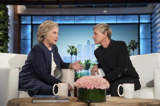 Bà Clinton tâm sự với MC Ellen về việc ông Trump cứ lẩn quẩn sau lưng bà trong buổi tranh luận trực tiếp . Ảnh: Daily Mail
