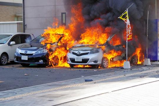 Hai chiếc xe bốc cháy tại hiện trường. Ảnh: Asahi