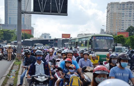 Cảnh ùn ứ nghiêm trọng do ảnh hưởng từ vụ tai nạn