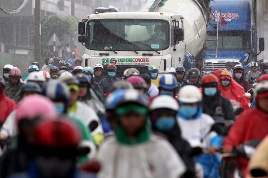 Xe bồn và container cùng chạy chung với xe máy trên xa lộ Hà Nội trong mưa rất đáng lo