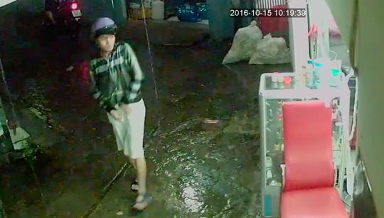 Trong lúc mưa, một đối tượng nhảy xuống xe để xông vào nhà người dân cướp giật điện thoại. Phía ngoài đồng bọn nổ máy để chờ sẵn.