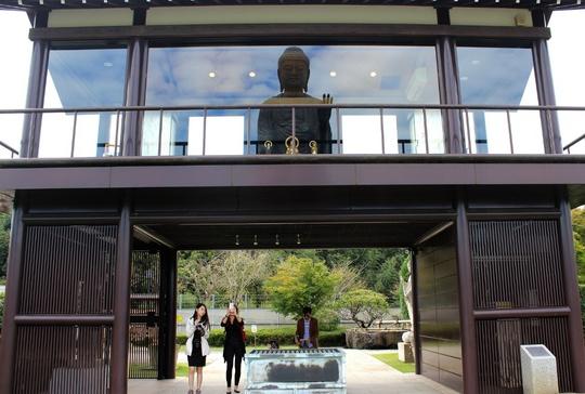 Hình ảnh tượng Phật phản chiếu qua kính