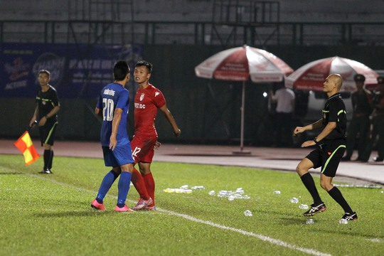 Trận đấu nóng lên vào cuối hiệp hai, sau pha va chạm giữa cầu thủ Nguyễn Xuân Hùng của Than Quảng Ninh và Trịnh Duy Khánh của B.Bình Dương.