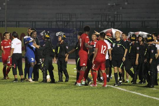 Lực lượng an ninh buộc lòng phải vào sân để làm mát những cái đầu nóng