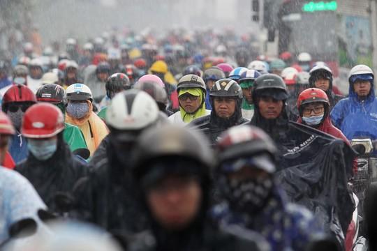 Tuyến đường Xa lộ Hà Nội đoạn qua cầu Rạch Chiếc ngập nặng, cùng với nhiều phương tiện trú mưa tại các trạm thu phí gây ảnh hưởng đến giao thông nghiêm trọng, nhiều phương tiện phải nhích từng chút một.