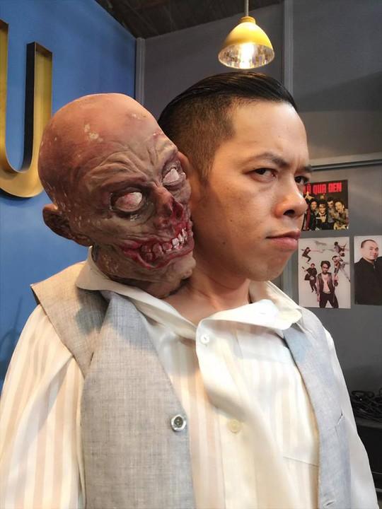 Thái Hòa trong một bức ảnh chuẩn bị cho cảnh quay về một bộ phim ma