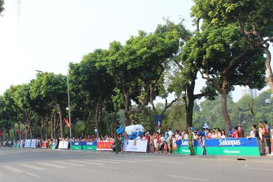 Rất đông người dân tập trung xem giải chạy