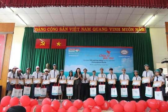 Các em học sinh phổ thông trung học huyện Nhà Bè, TPHCM nhận học bổng từ Kienlongbank ( Ảnh: Lê Thành)