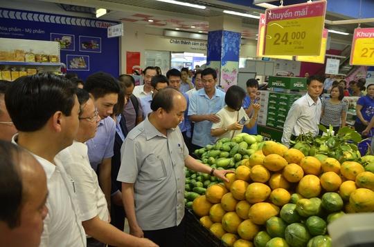 Thủ tướng Nguyễn Xuân Phúc kiểm tra siêu thị Co.opmart ở TP HCM ngày 8-10Ảnh: BẢO NGỌC