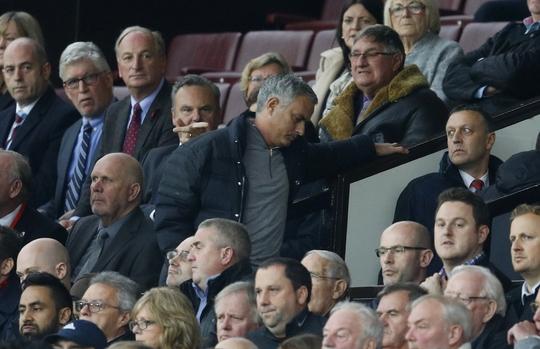 HLV Mourinho bị đuổi lên khán đài ở trận M.U hòa Burnley 0-0 Ảnh: REUTERS