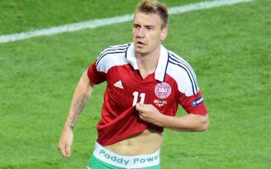 Bendtner bị UEFA phạt nặng vì lột quần ăn mừng ở Euro 2012