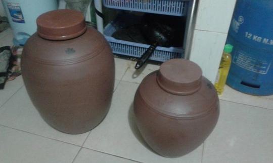 Nên kê hũ gạo ở nơi cao, khô ráo và nên dùng nắp đậy kín hũ gạo