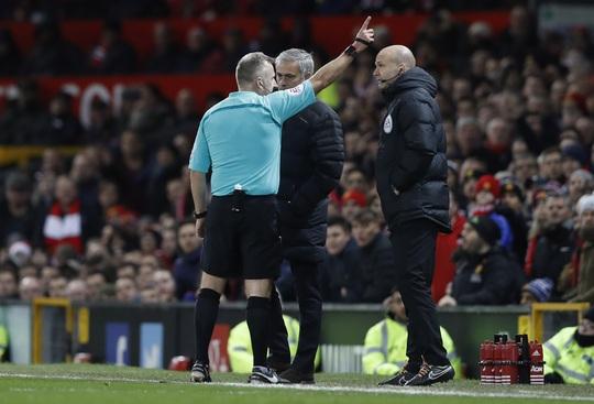 HLV Mourinho (giữa) bị trọng tài đuổi lên khán đài rạng sáng 28-11Ảnh: REUTERS