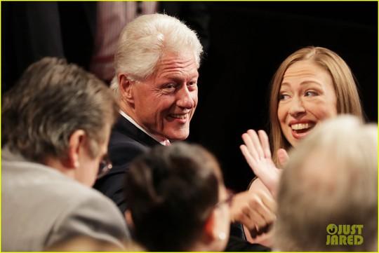 Ông Clinton tươi cười bắt tay những người khác. Ảnh: Just Jared