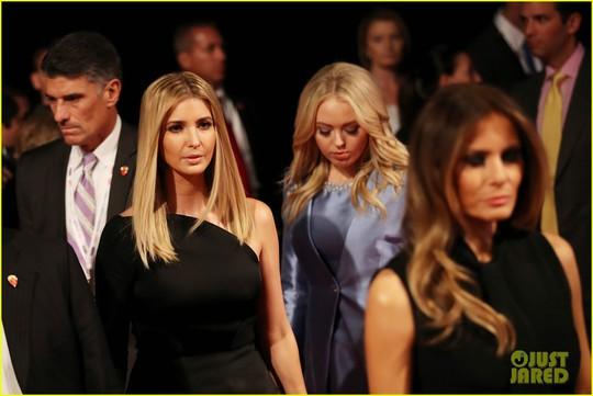 Gia đình ông Trump bước vào phòng tranh luận. Ảnh: Just Jared