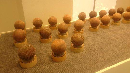 Ở đây trưng bày các loại bom, từ các loại bom bi như bom bi quả cam