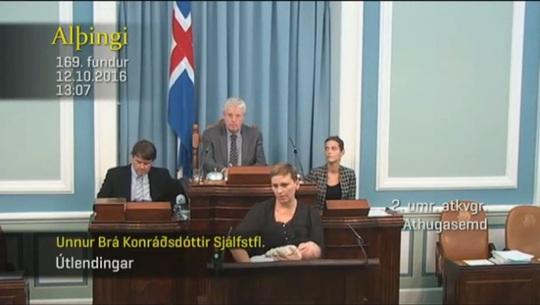Nữ nghị sĩ Konráðsdóttir vừa trả lời câu hỏi vừa cho con bú trước Quốc hội. Nguồn: ảnh cắt từ YouTube