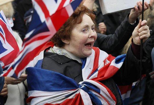 Người ủng hộ Brexit tập trung bên ngoài tòa nhà Quốc hội ở thủ đô London hôm 23-11-2016 Ảnh: AP