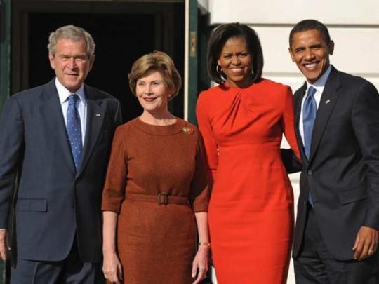 Vợ chồng ông Bush chụp hình cùng vợ chồng ông Obama sau cuộc bầu cử năm 2008. Ảnh: Chris Greenberg
