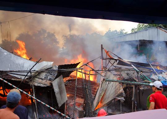 Những người dân địa phương cho hay sau một tiếng nổ lớn, lửa và khói từ tiệm tạp hóa nhanh chóng lan nhanh qua các tiệm bên cạnh bốc cháy phừng phừng.
