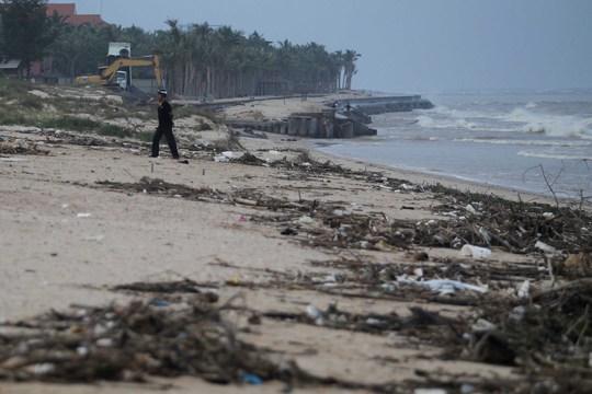 Mặc khác sóng lớn cũng làm xói nhiều lớp cát trên bãi biển.