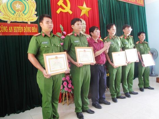 Các cá nhân ở Công an huyện Đông Hòa được thưởng nóng vì phá án nhanh