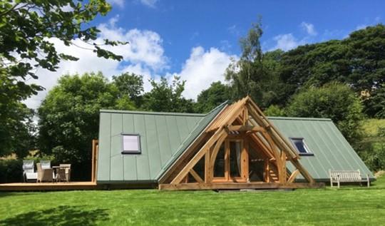 Ngôi nhà Offas Pitch ở Shropshire giống như một chiếc lều khổng lồ bằng gỗ. Chỉ có cỏ và bầu trời có thể được nhìn thấy qua cửa kính lớn.
