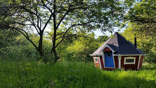 Ngôi nhà gỗ mang tên Lilla Stugan được lấy cảm hứng từ mùa hè kéo dài của Thụy Điển. Với vị trí nằm giữa màu xanh cây lá, ngọn cỏ, nơi dừng chân này giúp bạn tận hưởng thiên nhiên châu Âu.