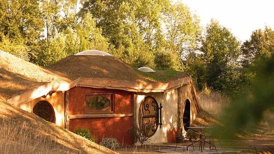 Ngôi nhà Samsaget Hobbit nằm trong một công viên xinh đẹp ở Pháp. Nơi này rất thích hợp với trẻ em đến vui chơi vào dịp cuối tuần với giá 193 bảng Anh/đêm.