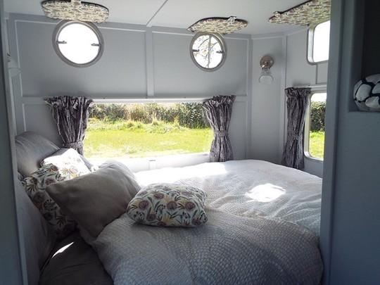 Bên trong chiếc xe du lịch Warwick Knight được cho Rolls Royce của các đoàn lữ hành là một không gian sang trọng, ấm áp. Bạn có thể thuê chiếc xe này với giá 95 bảng Anh/đêm để du lịch theo ý thích.