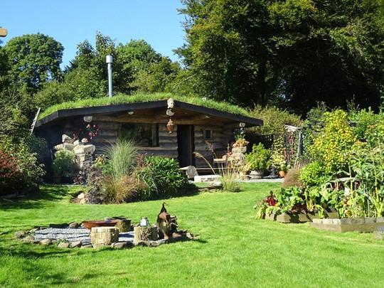 Ngôi nhà Cobblenuts được bao phủ bởi màu xanh cây lá. Du khách thích được đi chân trần trên nền cỏ với tiếng suối chảy róc rách từ gần đó.