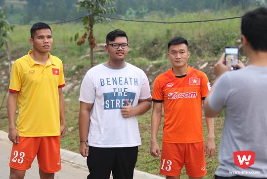 Văn Thắng, Đình Hoàng cũng vui vẻ chụp ảnh với người bản địa