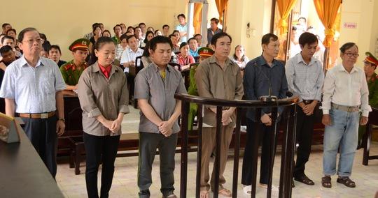 Từ trái sang là các bị cáo Liêm, Diễm, Nam, Anh, Linh, Việt và Trinh.