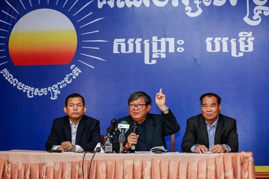 Người phát ngôn của CNRP Son Chhay phát biểu trong một cuộc họp báo Ảnh: THE CAMBODIA DAILY