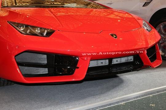 So với Huracan LP610-4, Lamborghini Huracan LP580-2 có sự khác biệt như sử dụng hệ dẫn động cầu sau, về mặt thiết kế có những thay đổi nhỏ ở ngoại thất như cản trước với hốc gió được chia thành 3 phần riêng biệt thiết kế sắc cạnh.