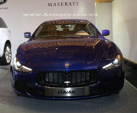 Maserati Ghibli với ngoại thất xanh dương nổi bật đi kèm là nội thất màu nâu. Tuy nhiên, cũng giống hãng xe siêu sang Bentley, mẫu xe được Maserati đặt nhiều kỳ vọng tại triển lãm VIMS 2016 là chiếc SUV hạng sang Levante.