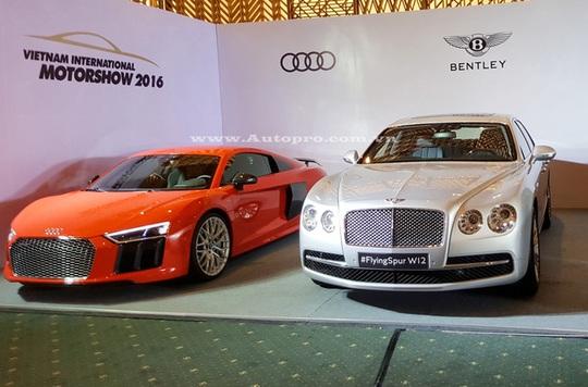 Trong số 17 mẫu xe mà các hãng mang đến trưng bày vào sáng qua, ngày 20/9, cặp đôi Audi R8 V10 Plus và Bentley Flying Spur W12 nhanh chóng thu hút nhiều sự chú ý khi được xếp cạnh nhau.