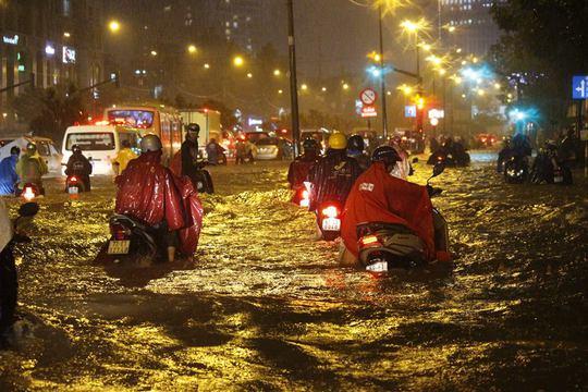 Nhiều nơi trên đường Nguyễn Hữu Cảnh (quận Bình Thạnh) ngập sâu từ 1-2 m khiến tất cả người đi xe máy phải dắt bộ suốt tuyến
