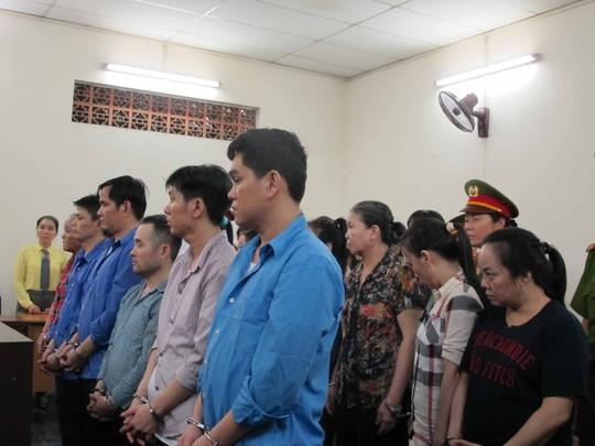 Cao Trí Trung (thứ tư, hàng đầu từ phải sang) cùng các đồng phạm tại phiên xét xử sơ thẩm