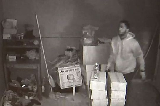 Người phụ nữ đọ súng cùng 3 tên cướp giữa đêm