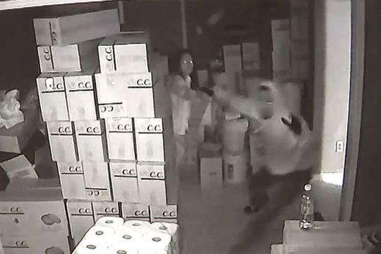 Ba tên cướp bỏ chạy thục mạng khi nghe tiếng súng. Ảnh: WSB