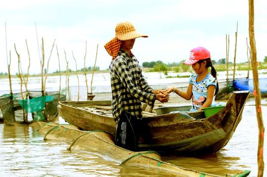 Cha con anh Nguyễn Văn Tạo ở xã Thường Thới Hậu A chỉ bắt được mớ cua và cá linh sau một buổi thăm dớn.
