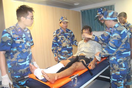 Thuyền viên cứu nạn được sơ cứu trên tàu, ảnh: Đ.Đ