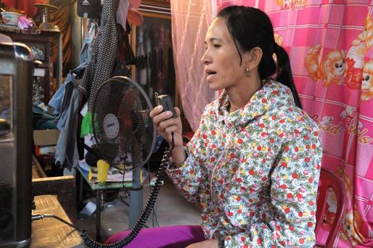 Bà Lê Thị Lanh, vợ ngư dân Võ Lai, bên máy Icom ngóng chờ tin tức từ tàu cá bị nạn Ảnh:TỬ TRỰC