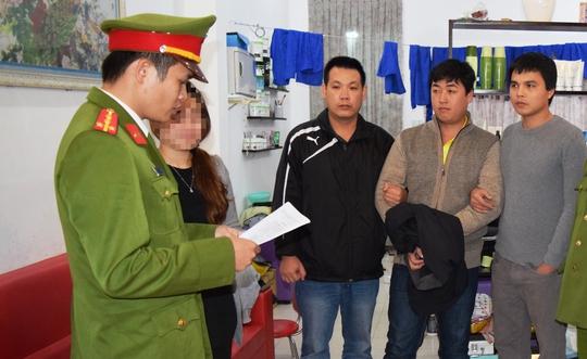 Công an đọc lệnh bắt nghi phạm Nguyễn Hoàng Tâm (thứ hai, từ phải sang)