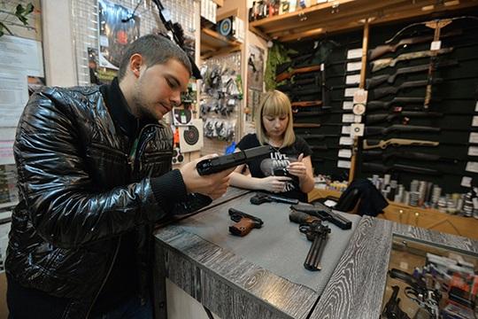 Thủ tục để có thể sở hữu hợp pháp 1 khẩu súng ở Nga rất phức tạp Ảnh: RIA NOVOSTI