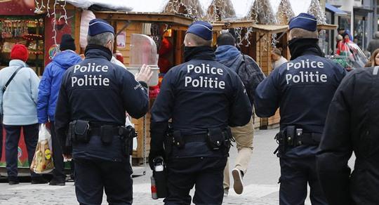 Cảnh sát Bỉ tuần tra tại một khu chợ bán đồ Giáng sinh Ảnh: SPUTNIK NEWS