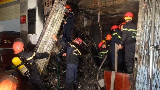 120 chiến sĩ của Sở Cảnh sát PCCC TP Đà Nẵng được điều động chữa cháy lúc giữa đêm