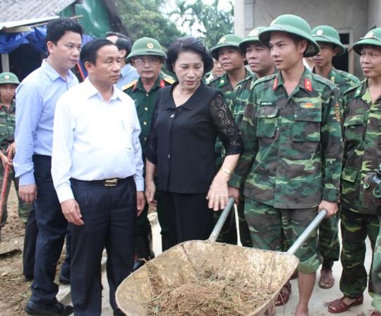 Chủ tịch QH Nguyễn Thị Kim Ngân thăm hỏi, động viên cán bộ, chiến sĩ đang giúp đỡ bà con nhân dân vùng lũ ở xã Hòa Hải khắc phục hậu quả lũ lụt - Ảnh: QĐND
