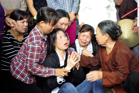 Chị Vũ Thị Thanh đau đớn tột khi cùng một lúc bị kẻ thủ ác cướp đi sinh mạng những người thân yêu nhất